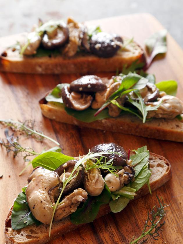 牡蠣とシイタケのワインビネガーソテーのタルティーヌ
