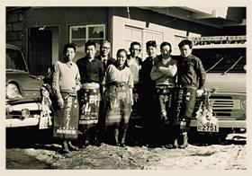 麻屋葡萄酒(株)の職場の仲間とともに働いていた頃の アサヤ食品(株)創業者 雨宮 高明 会長。(右から2番目)