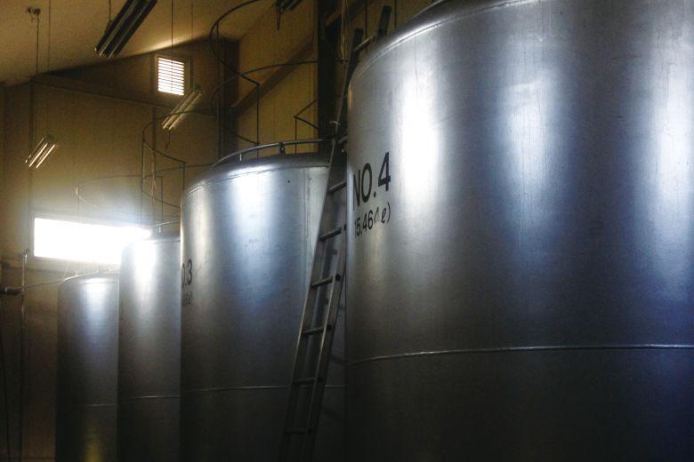 STEP4 アルコール発酵:果汁にワイン酵母を加えアルコール発酵させ、ワインもろみを醸造する。清澄する前の濃厚な状態を保ったまま酢酸発酵に移行させるために、何も添加しないのは、弊社のこだわりのひとつ。